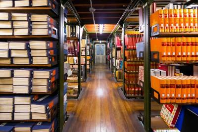 5.書架と床のすき間から下層が見える書庫